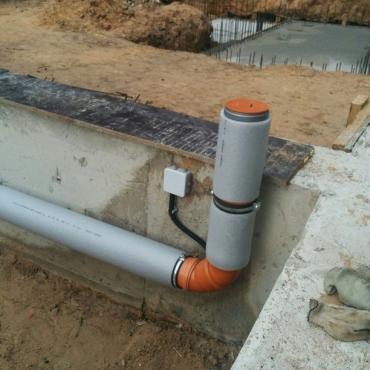 Прокладка канализации под фундаментом в строящемся доме