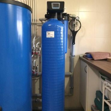 Система фильтрации с умягчением воды из скважины в таунхаусе